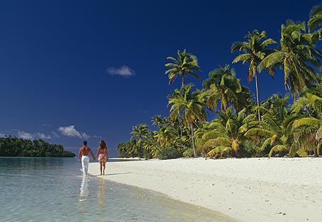 Cook-Islands-Beach-Romantic-Couple-Walking
