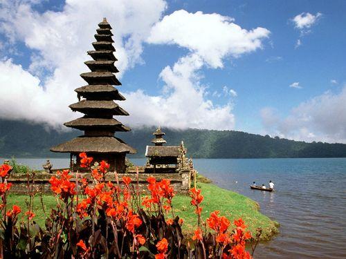 Bali-Indonesia-Lake-Bratan-Ulun-Danu-Temple
